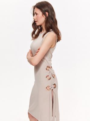 Šaty dámské béžové bez rukávu s kroužky na boku