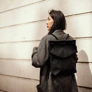 Designový batoh Raja, velikost S, Indigo, černý